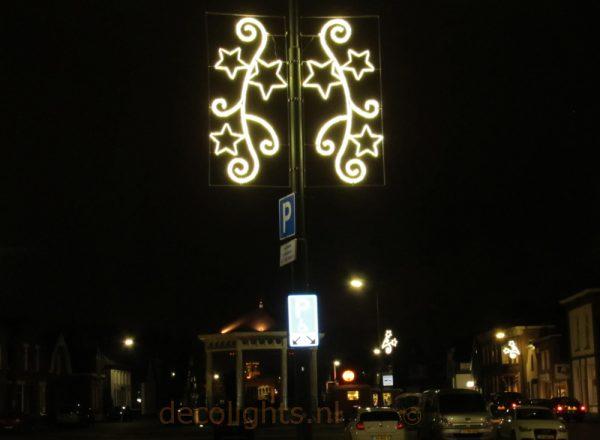 Kerstverlichting aan hoge lantaarnpaal