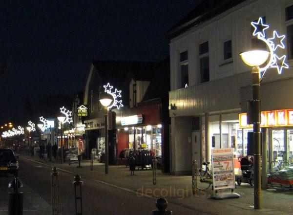 Kerstverlichting aan lage lantaarnpaal